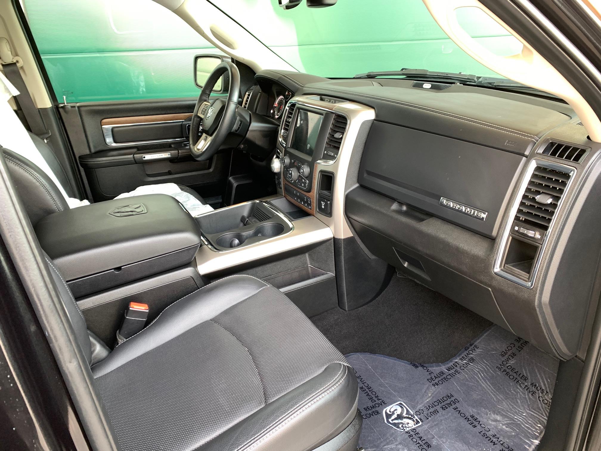 Zum Verkauf steht ein 2017 Ram 1500 mit dem 5,7 Hemi V8 , Allrad 4x4 CREW Cab top ausgesattet mit dem Laramie Trim